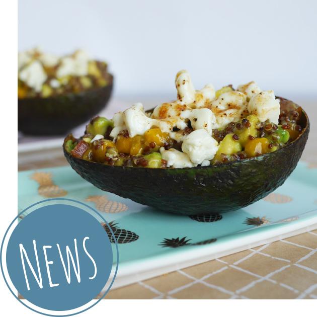 Gefüllte Avocado mit Quinoa, Tomaten, geflämmtem Schafskäse und Granatapfelkernen